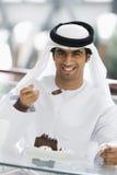 Un hombre de Oriente Medio que disfruta de una comida foto de archivo libre de regalías