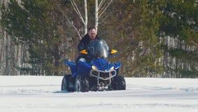 Un hombre del bosque A del invierno que monta una moto de nieve grande almacen de video