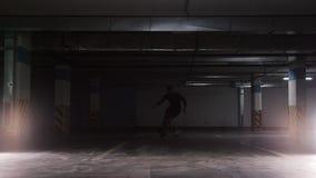Un hombre del fútbol que lleva la bola usando las estratagemas en el estacionamiento subterráneo metrajes