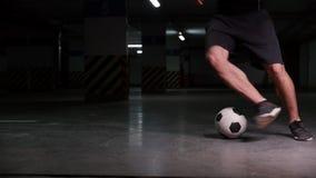Un hombre del f?tbol que lleva la bola usando las estratagemas metrajes