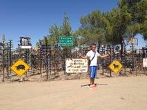 Un hombre delante en del rancho de la botella Imagen de archivo