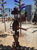 Un hombre delante en del rancho de la botella Foto de archivo