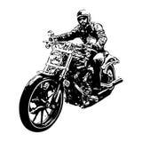 Un hombre duro en la bici de la motocicleta en el fondo blanco Foto de archivo