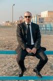 Un hombre elegante joven está en la playa Ardea Italia foto de archivo libre de regalías