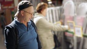 Un hombre elige una escalera al hipermercado de la construcción de la casa metrajes