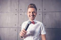 Un hombre emocional alegre divertido atractivo joven guiña en un s blanco imágenes de archivo libres de regalías