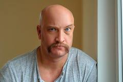 Un hombre emocional con diversas expresiones faciales de un bigote en la cara fotografía de archivo libre de regalías