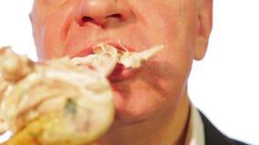 Un hombre en un café come un pollo frito con una corteza de los revestimientos del tiempo metrajes