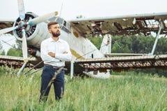 Un hombre en el fondo de un viejo avión foto de archivo