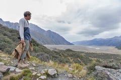 Un hombre en el punto de vista a lo largo del rastro que camina a los lagos azules y la opinión del glaciar de Tasman en Aoraki/s Fotos de archivo
