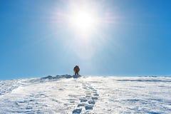 Un hombre en el top de la montaña Fotos de archivo libres de regalías