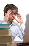 Un hombre en frente de la dificultad de un ordenador portátil Fotos de archivo