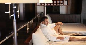 Un hombre en un hotel costoso usando una tarjeta de crédito y pone una tarjeta de crédito en la cama Posibilidad muy remota Cámar metrajes