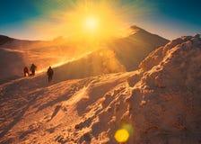 Un hombre en invierno de la puesta del sol de la montaña único Rayos asoleados Navidad Foto de archivo