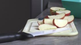 Un hombre en la cocina que corta una manzana