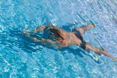 Un hombre en la piscina Foto de archivo