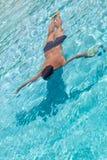 Un hombre en la piscina Fotos de archivo