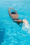 Un hombre en la piscina Fotos de archivo libres de regalías
