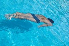 Un hombre en la piscina Imagen de archivo libre de regalías