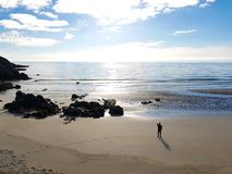 Un hombre en la playa abandonada imágenes de archivo libres de regalías