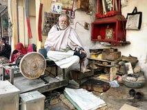 Un hombre en su tienda, Jaisalmer, la India Imagenes de archivo