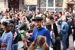 Un hombre en traje del carnaval participa en la procesión Imágenes de archivo libres de regalías