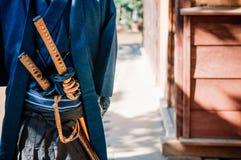 Un hombre en traje del samurai con la espada de Katana Fotografía de archivo libre de regalías