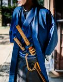 Un hombre en traje del samurai con la espada de Katana Imágenes de archivo libres de regalías