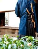 Un hombre en traje del samurai con la espada de Katana Imagenes de archivo
