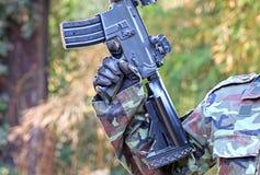 Un hombre en traje del soldado con el arma del bb Fotos de archivo