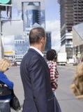 Un hombre en un traje que se coloca en el semáforo fotografía de archivo libre de regalías