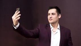 Un hombre en un traje toma imágenes de sí mismo imagen de archivo
