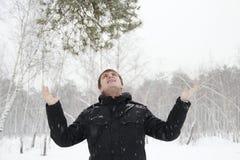 Un hombre en un bosque del abedul en la nieve Foto de archivo libre de regalías