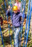 Un hombre en un curso de las cuerdas Imagen de archivo libre de regalías