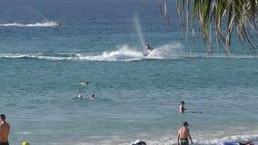 Un hombre en un esquí del jet cerca de la playa metrajes