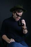 Un hombre en un sombrero con una taza Imágenes de archivo libres de regalías
