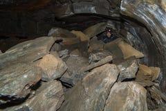 Un hombre en un túnel subterráneo. Fotos de archivo libres de regalías