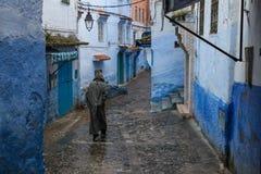Un hombre en un traje rayado va abajo de la calle Imagenes de archivo