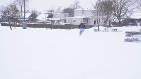 Un hombre en una bici del deporte monta a través de la nieve en el invierno, MES lento, adrenalina metrajes