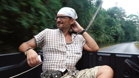 Un hombre en una camioneta pickup almacen de metraje de vídeo
