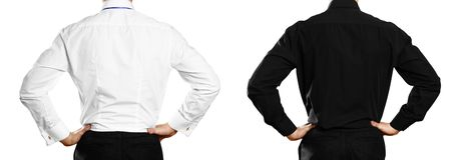Un hombre en una camisa blanca y negra con una insignia back Cierre para arriba Aislado en el fondo blanco imágenes de archivo libres de regalías