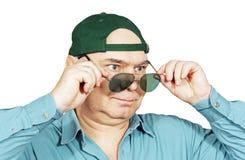 Un hombre en una gorra de béisbol y vidrios oscuros. Foto de archivo libre de regalías