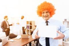 Un hombre en una peluca vino a una reunión de negocios Imágenes de archivo libres de regalías
