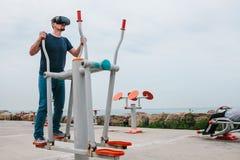 Un hombre en vidrios de la realidad virtual está haciendo deportes Concepto futuro de la tecnología Tecnología de la imagen moder Imagen de archivo libre de regalías