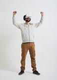 Un hombre en vidrios de la realidad virtual siente alegre Fotografía de archivo