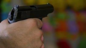 Un hombre enciende un arma neumático en una blanco en un paso reducido metrajes
