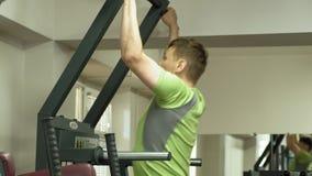 Un hombre entra para los deportes en el gimnasio Aptitud Forma de vida sana almacen de metraje de vídeo