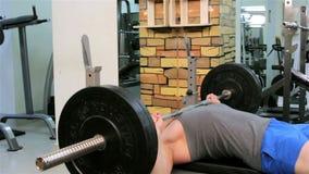 Un hombre entrena en un gimnasio metrajes