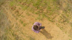 Un hombre es permanente y que toma imágenes Tiroteo del aire almacen de metraje de vídeo