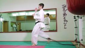 Un hombre es practicante y que hace los ejercicios 4k del karate almacen de video